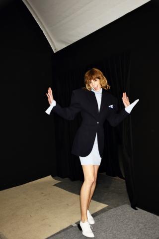 Backstage bei Jacquemus im Herbst/Winter 2016: Das Model trägt ein Sakko mit XXXL-Schultern zu einem Minirock im aktuellen Business-Look.