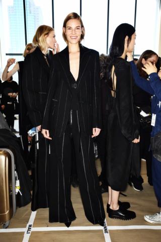 Ein Backstage Foto von der Calvin Klein Collection Herbst/Winter 2016 Schau: Das Model trägt einen Anzug mit weit ausser einander liegenden Nadelstreifen im aktuellen Business-Look.