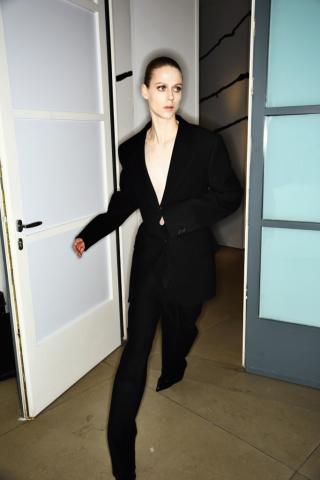 Auf diesem Bild im Backstage Bereich von der Jil Sander Herbst/Winter 2016 Schau trägt das Model einen oversized Anzug im Business-Look.