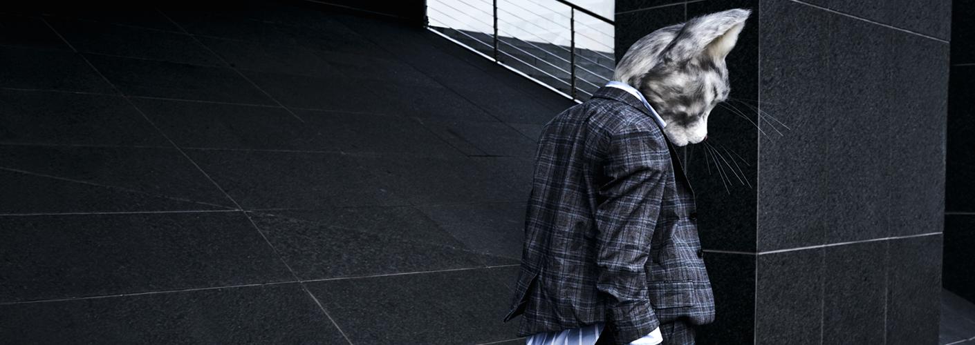 Modebloggerin Pheline von Fou de Pheline im Business-Look mit einem Anzug und oversized Hemd von Vetements.