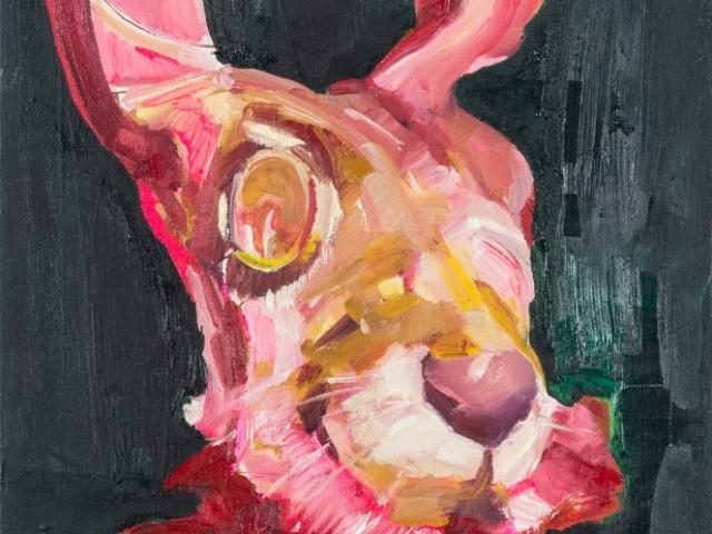 Auf dem Bild ist der gemalte Tageshase mit der Nummer: #0777 von der Künstlerin Tina Oelker zu sehen. Es handelt sich um einen roten mit Ölfarbe gemalten Meister Lampe auf dunklem Hintergrund.