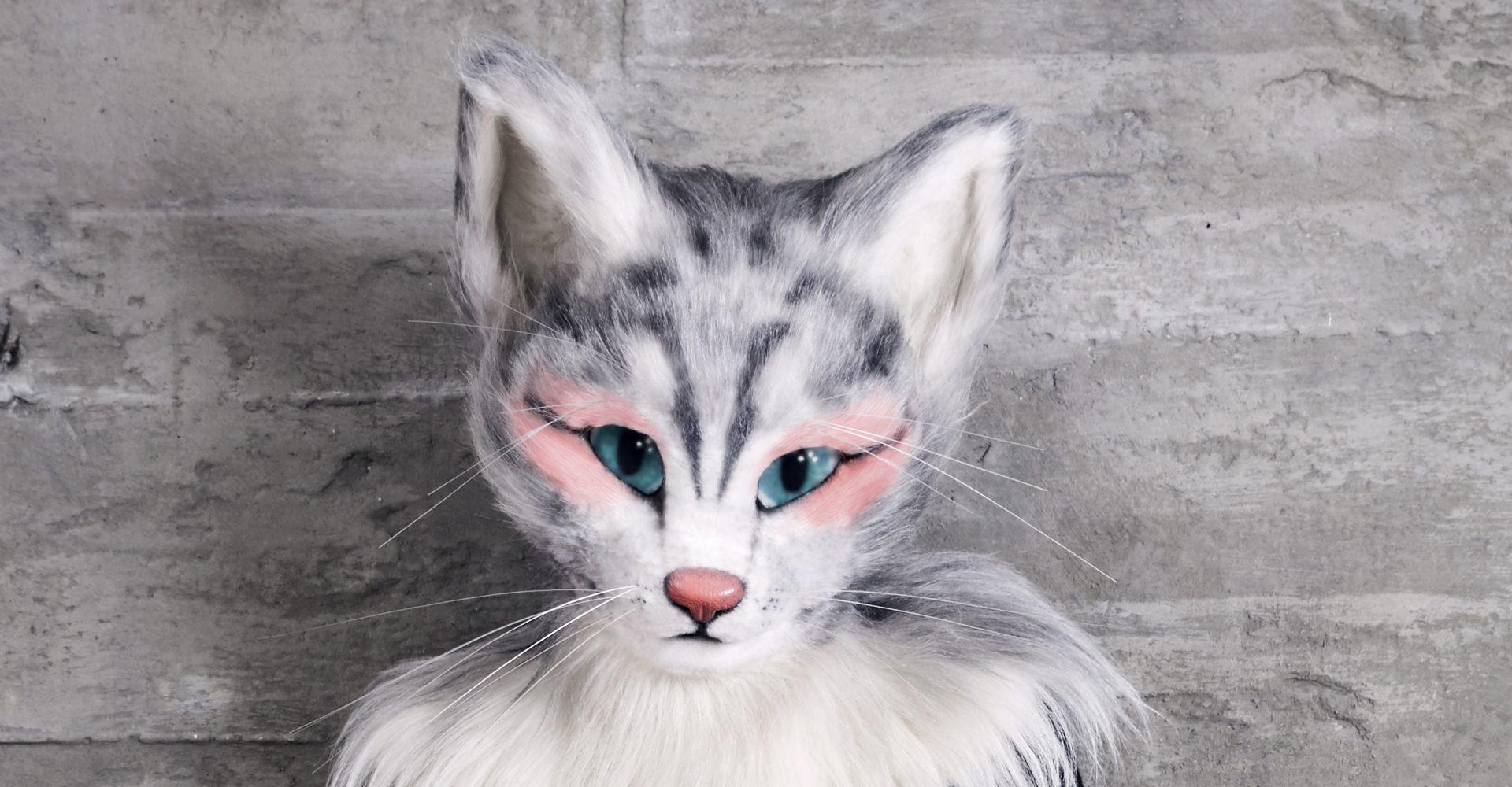 Catlady Pheline trägt rosafarbenen Lidschatten bzw. Rouge um ihre Augen bis zu den Schläfen.