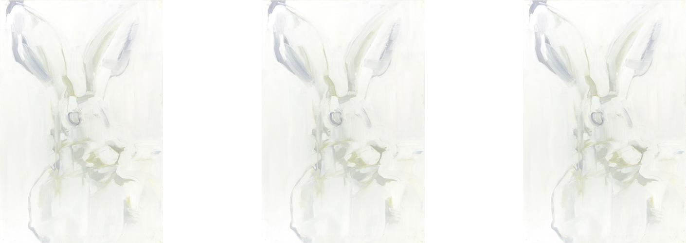 Auf dem Bild ist der gemalte Tageshase mit der Nummer: #0418 von der Küstlerin Tina Oelker 3 Mal zu sehen. Es handelt sich um einen weißen mit Ölfarbe gemalten Meister Lampe.