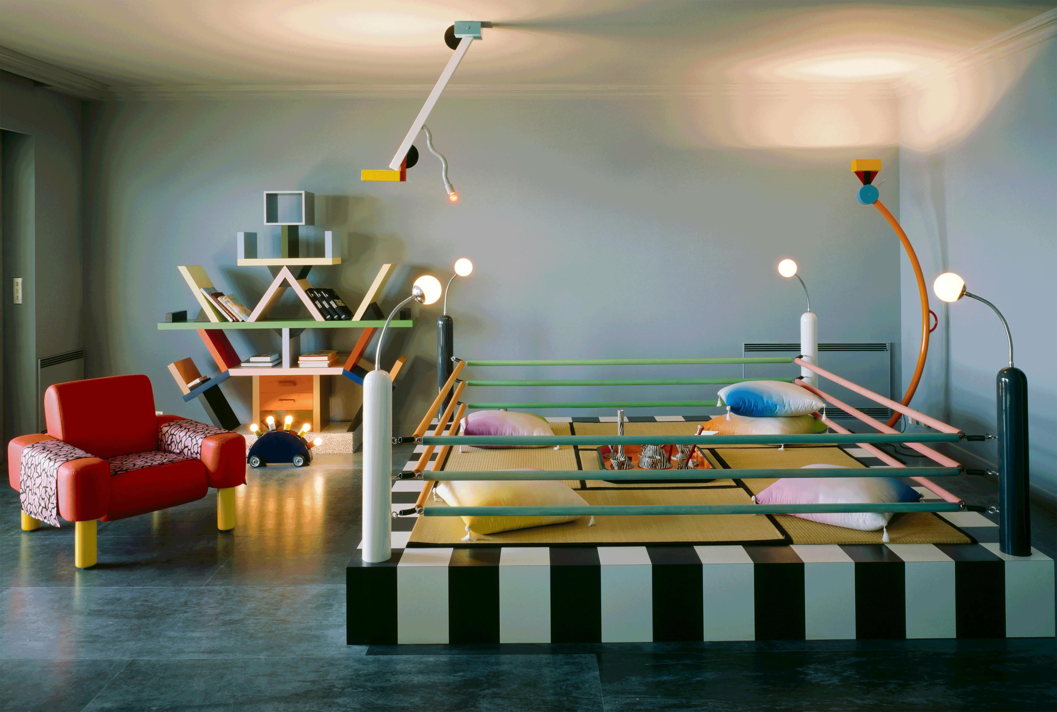 Hier sieht man einen Raum des Lagerfeld Apartments von Memphis Milano.