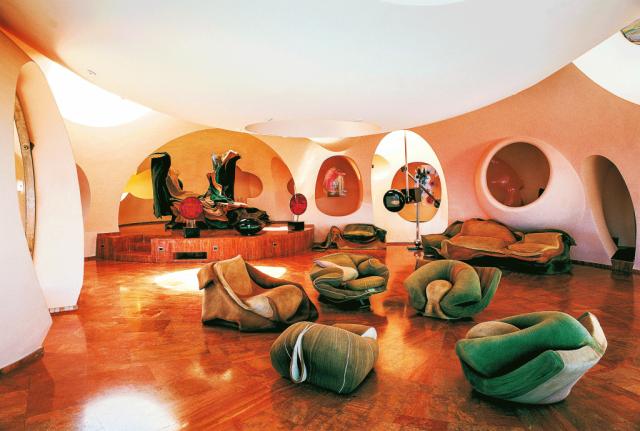 Dieses Bild zeigt das Palais Bulles vom Architekten Antti Lovag.