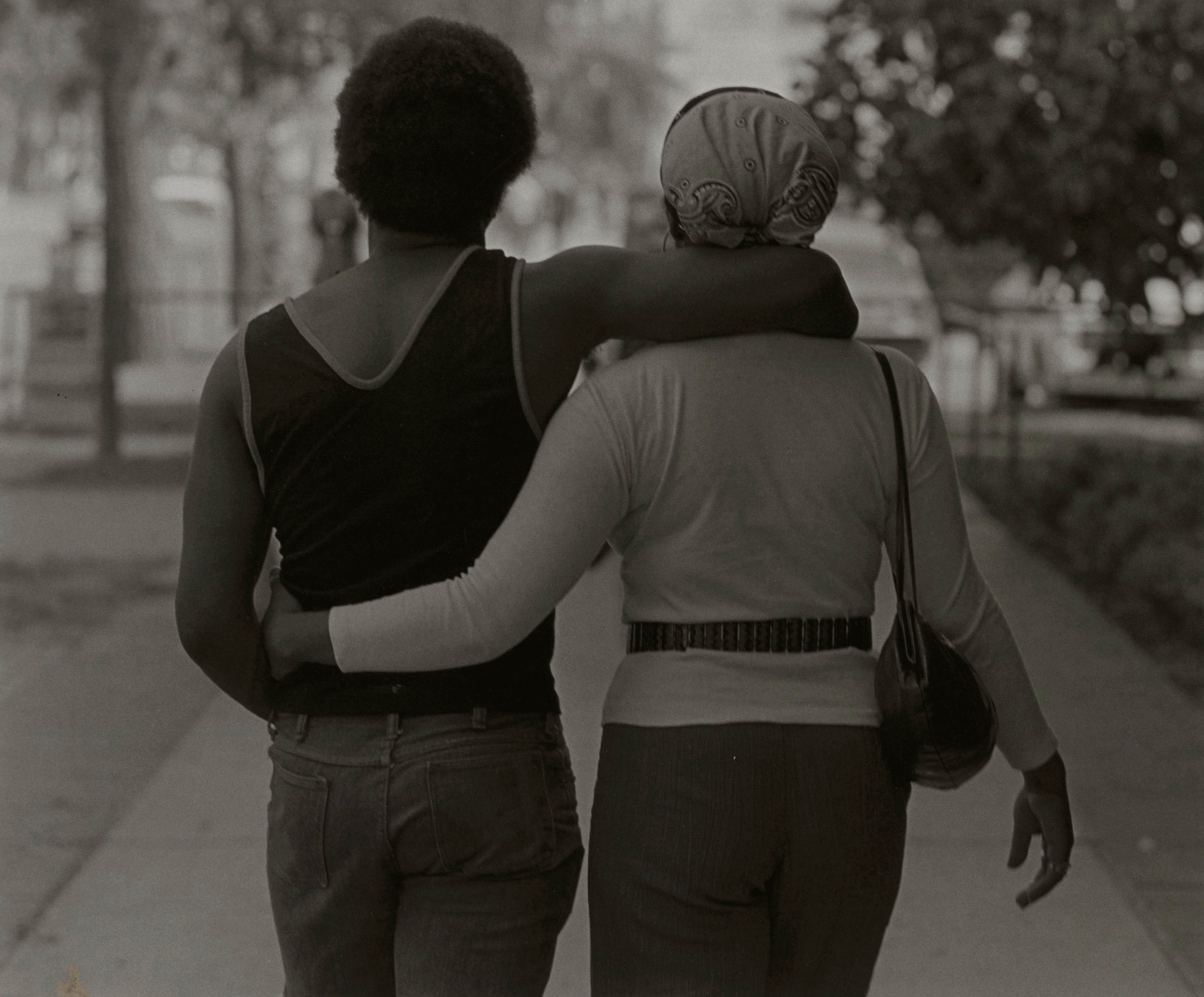 Couple Walking von Roy DeCarava, 1979, Copyright: Courtesy Sherry DeCarava and the DeCarava Archive