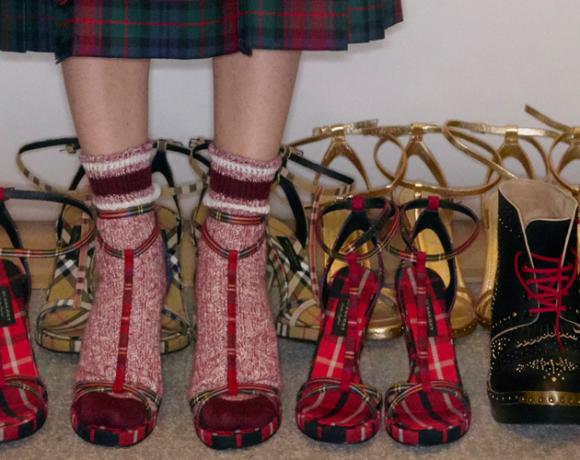 Auf dem Foto sind zei Reihen Sandaletten und Booties im Backstagebereich der Modeschau von Christopher Bailey für Burberry in London zu sehen.