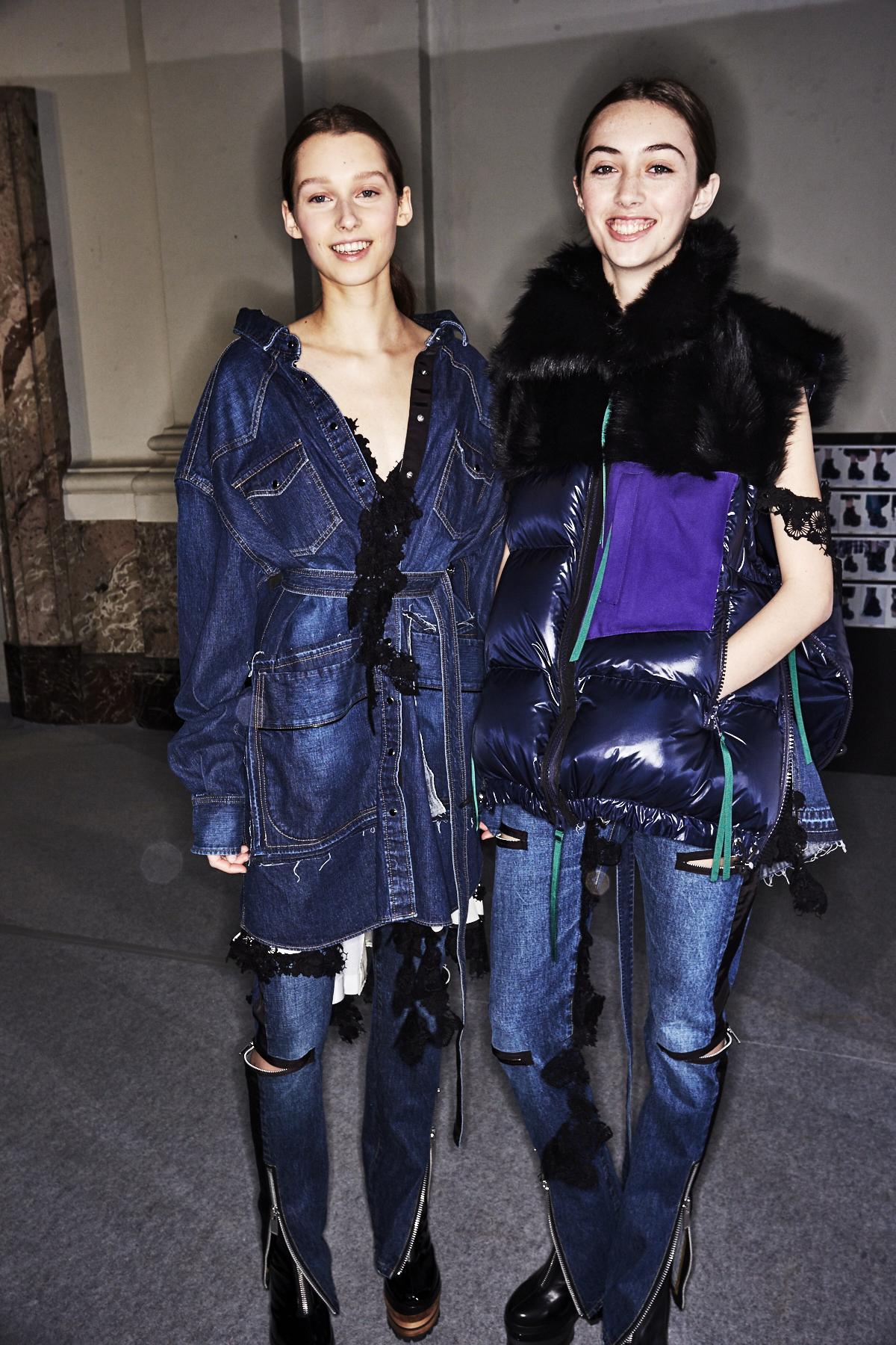 Backstage bei der Sacai Herbst/Winter 2017 Show tragen zwei Models den Double Denim Look.