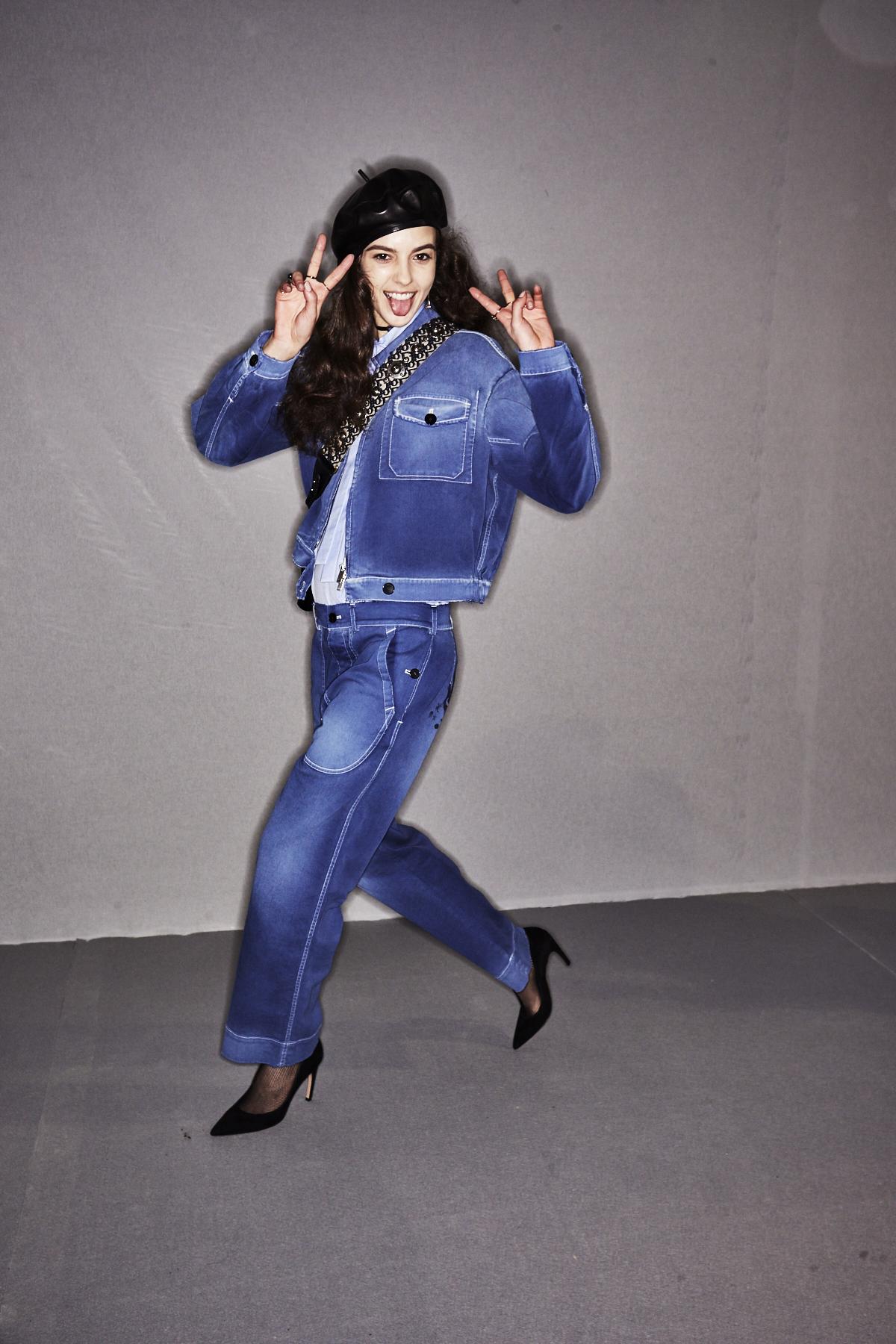 Hier sieht man ein Model im Backstage Bereich der Christian Dior Herbst/Winter 2017 Show mit einem Double Denim Outfit.
