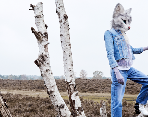 Hier sieht man Catlady Pheline in einem Double Denim Outfit. Die Jacke ist von Levi's, die Jeans von Tiger of Sweden, Der Pullover von Maison Suneve und die Schuhe von Hermès.
