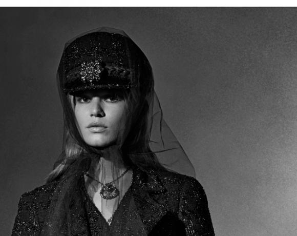 Auf dem Foto ist das deutsche Model Anna Ewers zu sehen. Sie trägt ein Kostüm aus der Metier d`Art Kollektion Paris Hamburg von Chanel. Das Foto stammt von Karl Lagergeld.