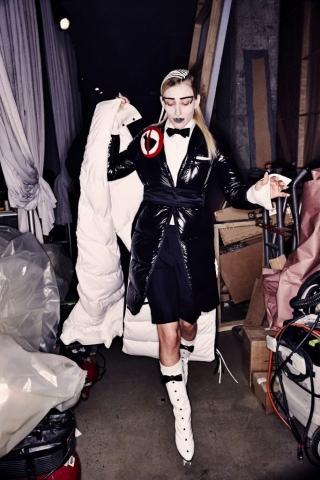 Ein Model im Backstage Bereich der Thom Browne Herbst/Winter 2017 Show trägt einen Look aus Daunen.