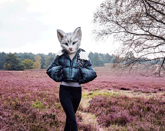 Catlady Pheline trägt eine Daunenjacke von Fenty X Puma by Rihanna und eine Steghose von Tiger of Sweden.