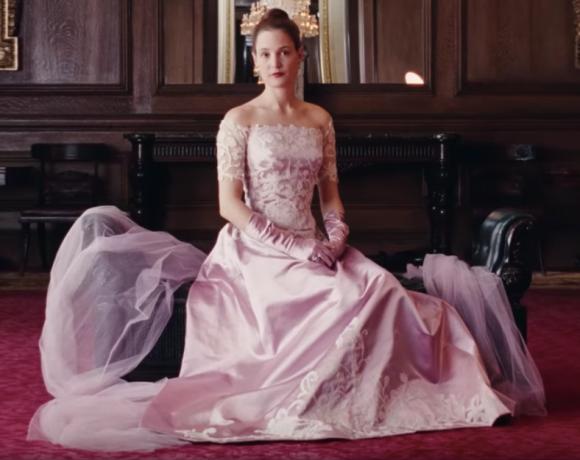 Ein Szenenbild des Filmes Der Seidene Faden mit Vicky Krieps als Alma.