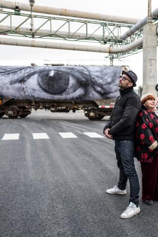 """Bild aus der Dokumention """"Augenblicke - Gesichter einer Reise"""" von und mit Agnès Varda und dem Street Artist JR."""