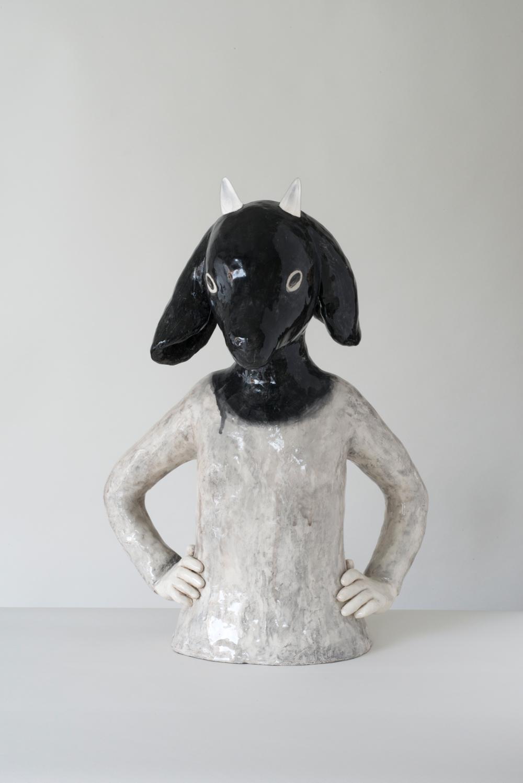 Auf dem Bild ist eine Keramik-Skulptur von der Künstlerin Clémentine de Chabaneix zu sehen. Es ist der Oberkörper eines Mädchens mit einem Ziegenkopf zu sehen.