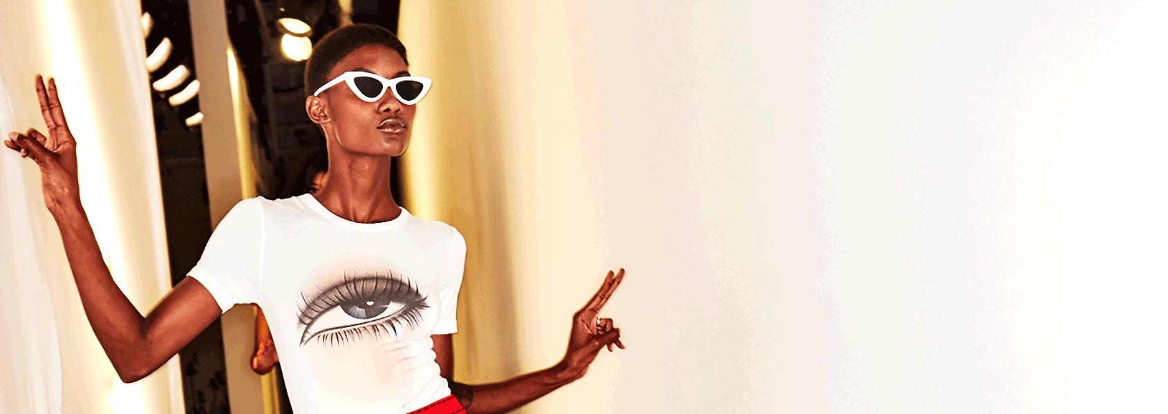 Ein Model auf der SS 2018 Adam Selman Show in New York trägt Kitty Eyes Sonnenbrillen.