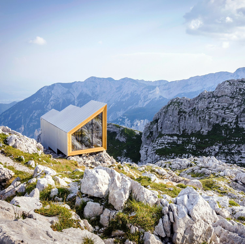 Auf dem Foto ist eine kleine Behausung stehend zwischen Gletschern aus dem Buch Zauberhütten zu sehen, Gestalten Verlag.