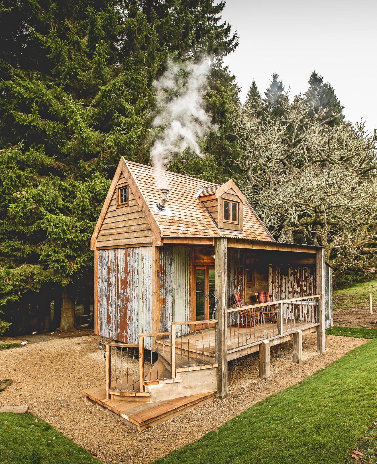Rustikales Holzhaus aus dem Buch Zauberhütten, erschienen im Gestalten Verlag.