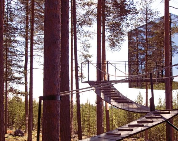Auf dem Foto ist ein futuristisches Baumhaus in einem Wald in Lappland zu sehen. Das bild stammt aus dem Buch Zauberhütten und ist im Gestalten Verlag erschienen.