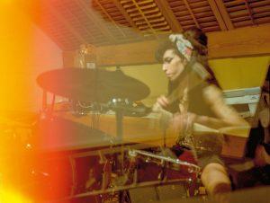 Amy Winehouse musizierend in ihrem Wohnzimmer am Prowse Place im londoner Stadtteil Camden 2008.