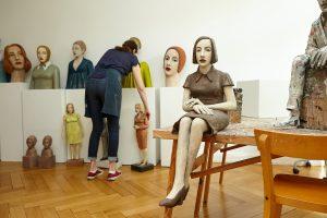 Auf dem Foto ist die Bildhauerin Annette Meincke-Nagy von hinten vor ihren Pappmacheé-Figuren in ihrem Hamburger Atelier zu sehen.