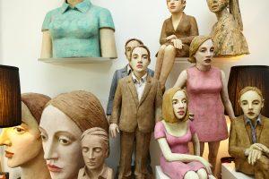 Auf dem Foto sind mehrere Pappmacheé-Figuren von der Bildhauerin Annette Meincke-Nagy in ihrer Hamburger Wohnung zu sehen.