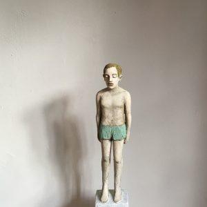 Auf dem Foto ist eine Pappmacheé-Figur von der Bildhauerin Annette Meincke-Nagy in ihrer Hamburger Wohnung zu sehen. Titel: Der einsame Schwimmer