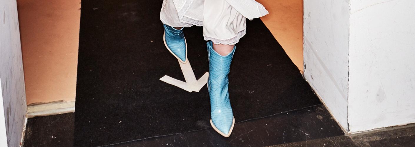 Auf dem Foto sind hellblaue Cowboy Boots von Fendi zu sehen.