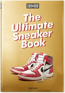 Das Buchcover des Coffee Table Books The Ultimate Sneaker Book zeigt ein Paar Nike Hightops.