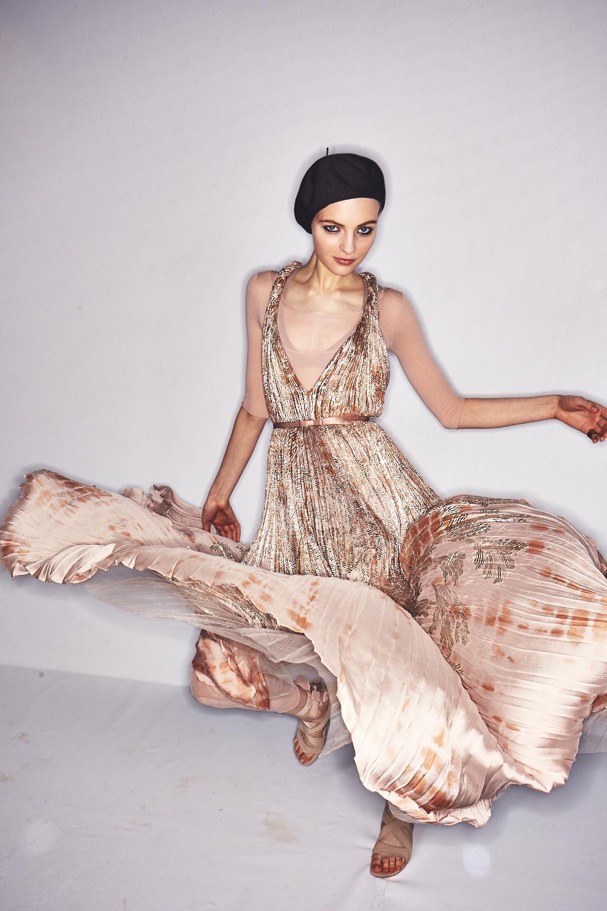 Hier sieht man ein Model im bodenlangen Plissee-Kleid aus der Frühjahr/Sommer 2019 Kollektion von Christian Dior.