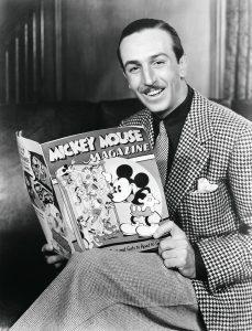 Auf dem schwarz-weiß Foto ist Walt disney zu sehen. Die Aufnahme stammt aus dem Jahr 1935. In den Händen hält er das erste Mickey Mouse Magazin. Das Foto ist Bestandteil des jüngst im Taschen Verlag erschienenen Xl-Buches: Walt Disneys Mickey Mouse - Die ultimative Chronik.