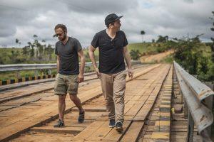 Die Veja-Gründer Sébastien Kopp und François-Ghislain Morillion sind stets auf der Suche nach neuen nachaltigen Materialien für ihre Sneaker. Dieses Bild entstand im Amazonas-Regenwald.
